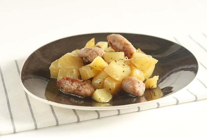 Cazuela de salchichas y patatas en crock pot o slow cooker. Recetas de cenas para crock pot