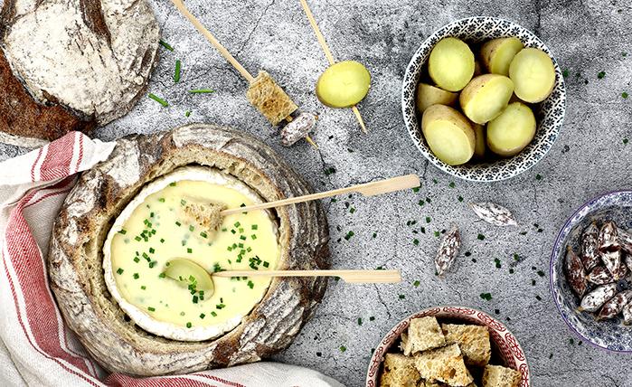 Fondue de queso coulommiers en pan payés en slow cooker